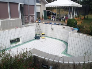 Avant la rénovation de piscine carrelée