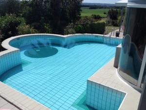 Après la rénovation de piscine carrelée